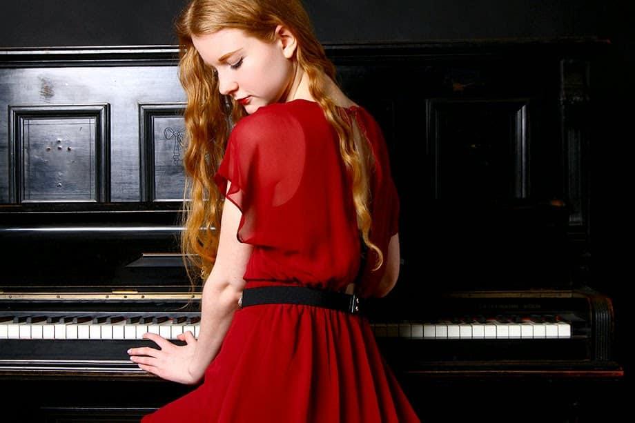 Süßes Outfit für den Valentinstag in rot romantisch offene Haare