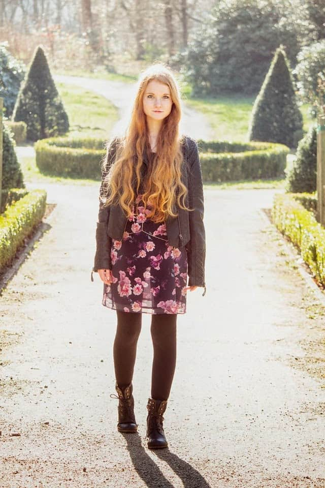 Outfit Blümchenkleid Volantkleid Lila Körperkette rückenfrei Bralet Lederjacke