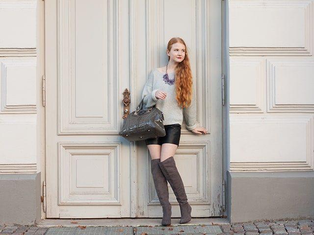 Outfit Herbst 2015 Trend Overknees Grau Wildleder Oversized Pullover Ledershorts