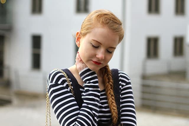Latzkleid modern kombinieren Outfit mädchenhaft französisch Schulmädchen Dunkelblau