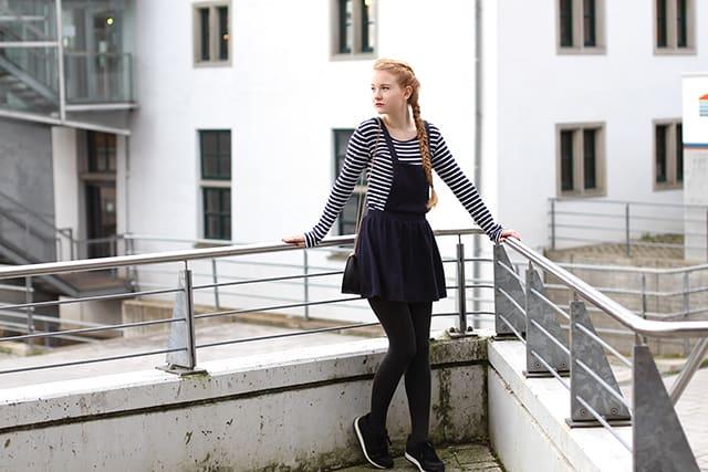 Latzkleid modern kombinieren Outfit mädchenhaft französisch Schulmädchen Dunkelblau -1