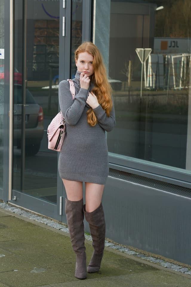 Outfit Grau Rollkragenkleid Strick kombinieren Wildleder Overknees Karl Lagerfeld Handtasche