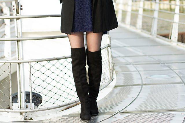 Winterliches Outfit mit Overknees Pulloverkleid für den Alltag Schwarz Dunkelblau Mantel Statementkette