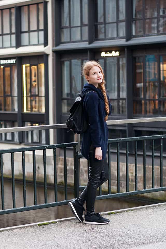Outfit Hamburg Streetstyle Rollkragen Pullover Lederhose Sneaker Rucksack -1