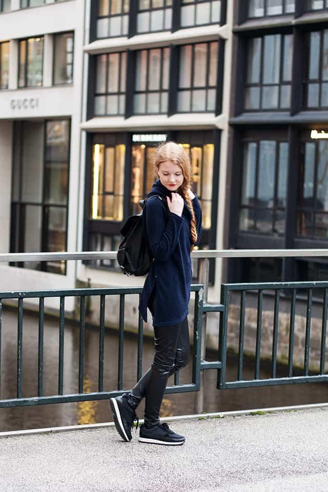Outfit Hamburg Streetstyle Rollkragen Pullover Lederhose Sneaker Rucksack