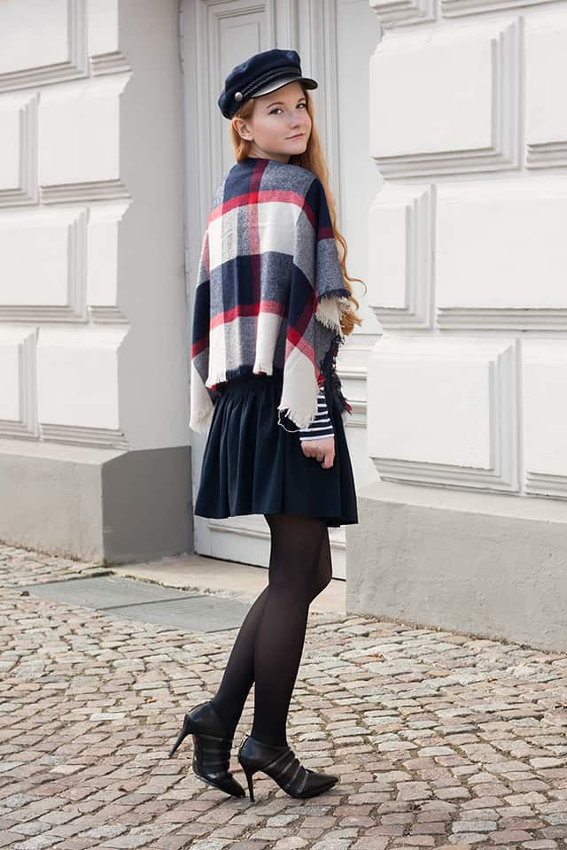 Outfit Parisian Chic Dunkelblau Cape H&M Schiebermütze Fashionblogger Oldenburg