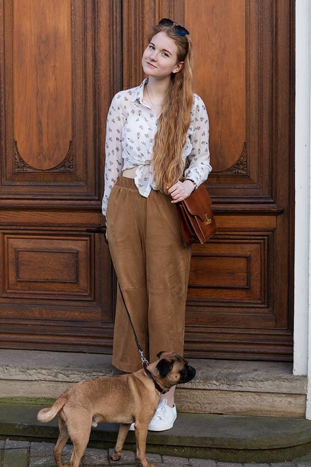 Outfit Wildleder Culottes Frühling Bluse weiße Sneaker