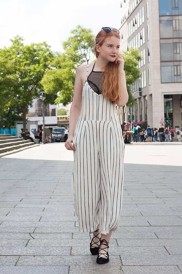 Fashionweek Outfit Gestreifter Jumpsuit mit weitem Bein
