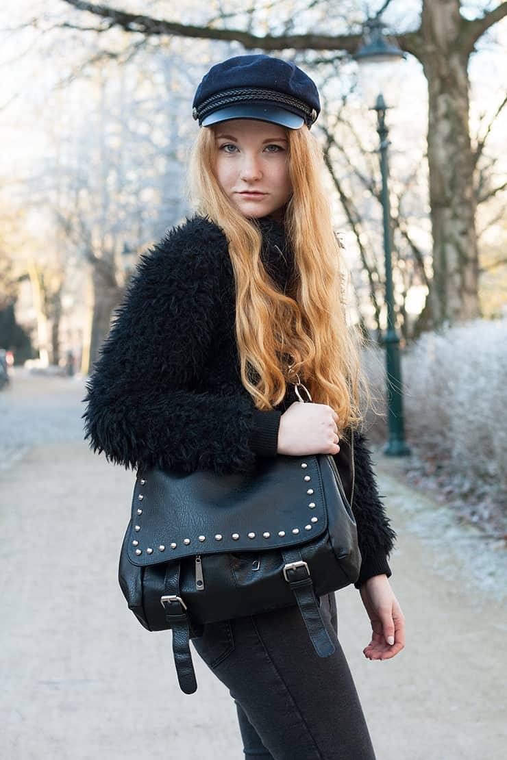 outfit-fake-fur-jacke-netzstruempfe-schiffermuetze-wintertrends-2016