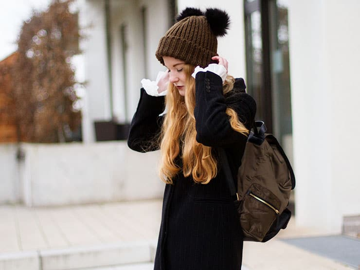 winter-outfit-bommelmuetze-glockenaermel-bluse-hm-vintage-nadelstreifen-mantel-1