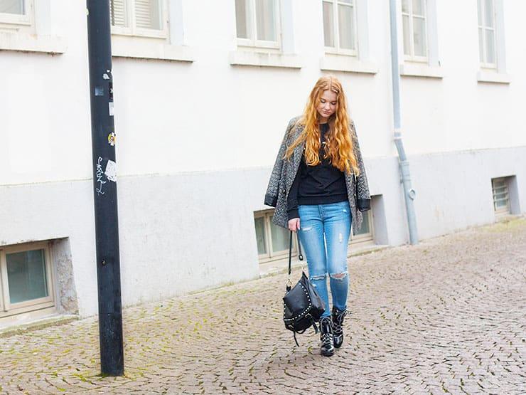 Alltagsoutfit Frühling Jeans Mantel Zara Lack Boots -1
