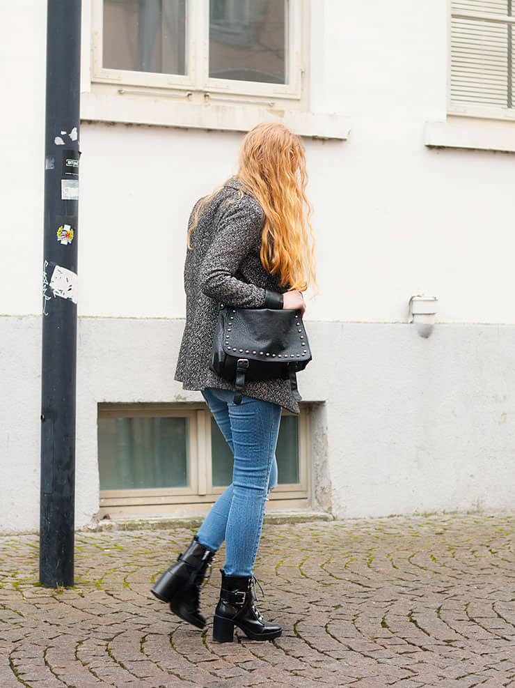 Alltagsoutfit Frühling Jeans Mantel Zara Lack Boots -6
