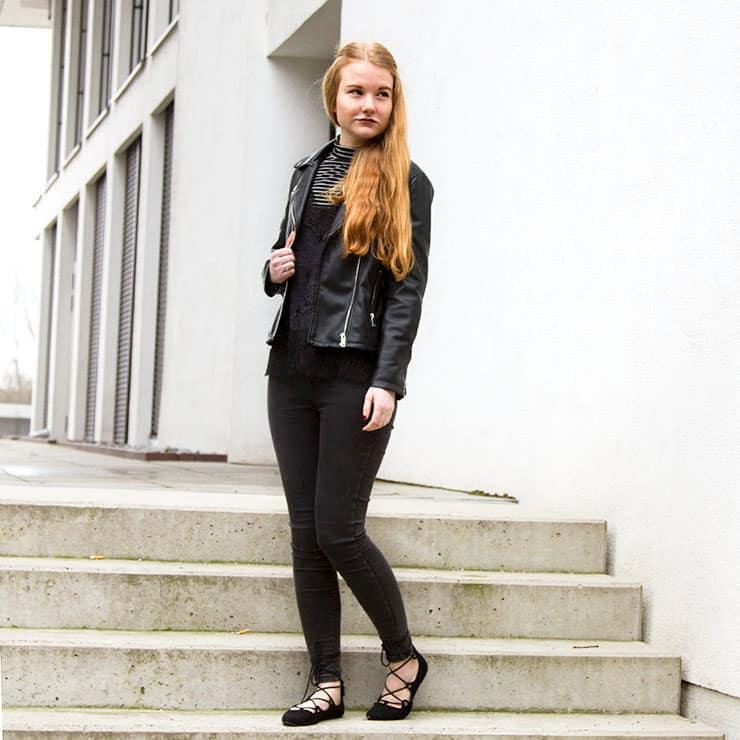 Outfit All Black Rollkragen Minimalismus Streifen Frühling