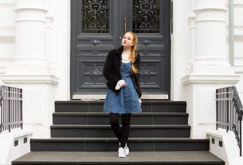 Outfit Vintage Jeanskleid mit Schürung Adidas Superstars Layering -1