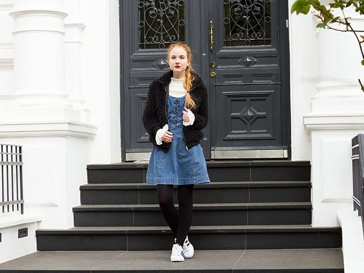 Outfit Vintage Jeanskleid mit Schürung Adidas Superstars Layering