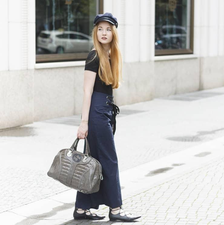 Berlin Streetstyle Outfit Dunkelblaue Culottes Schiffermütze Off Shoulder Sommer Büro