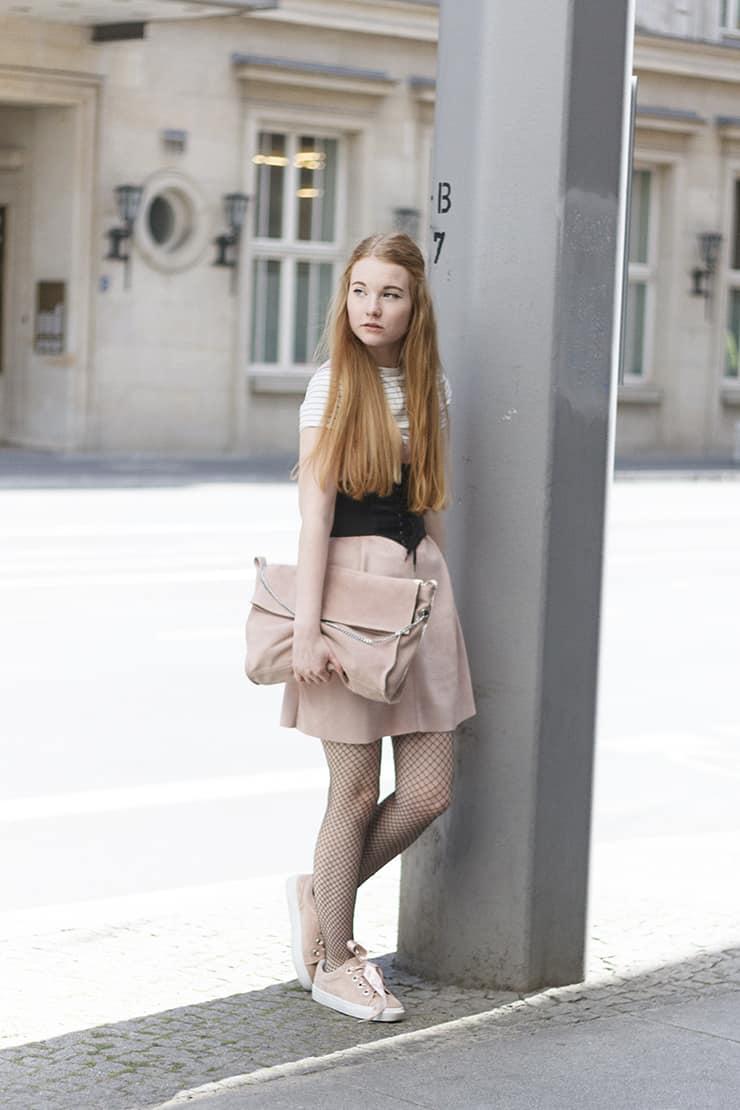 Outfit Wildleder Altrosa Puma Lookalike Sneaker Netzstrumpfhose alltagstauglich