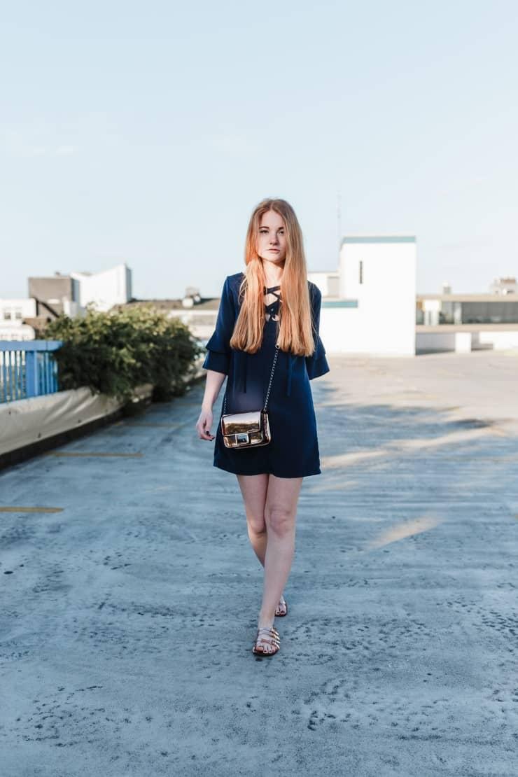 Outfit Dunkelblaues Volantkleid Kupfer Tasche Sandalen Modeblog Oldenburg