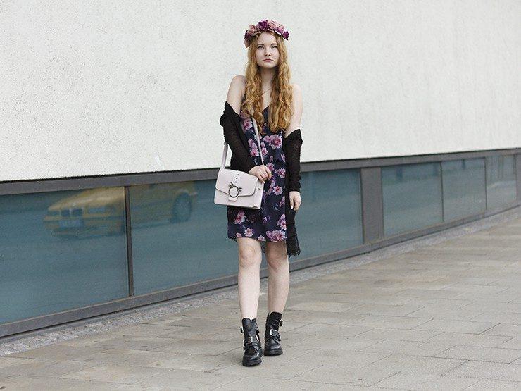 Festival Spätsommer Outfit Blumenkranz Slipdress Cutout Boots