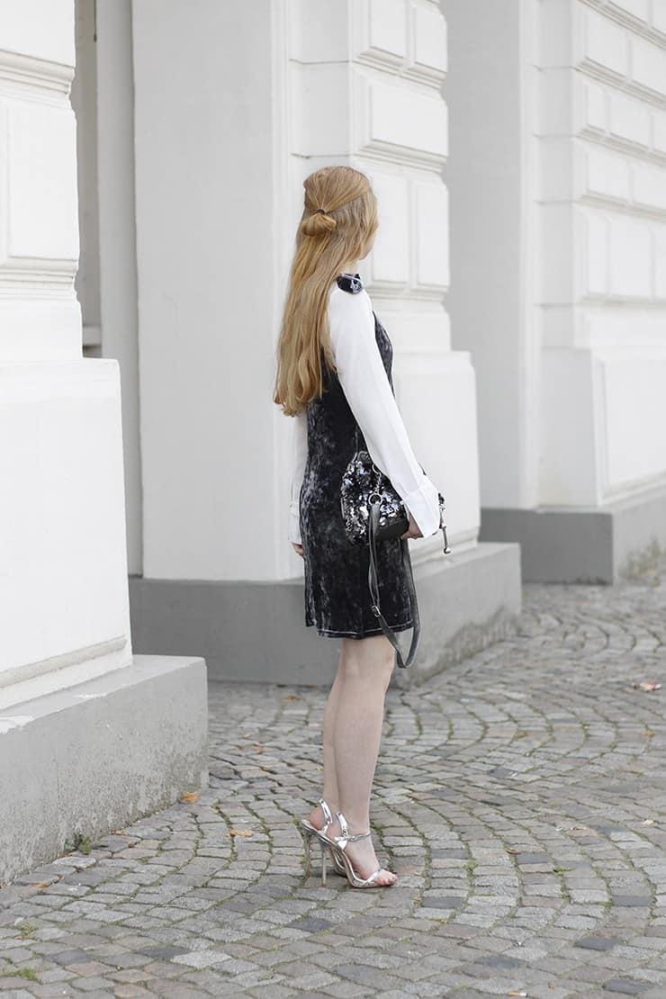 Modeblog Oldenburg Samtkleid weiße Bluse Pailetten Bucket Handtasche