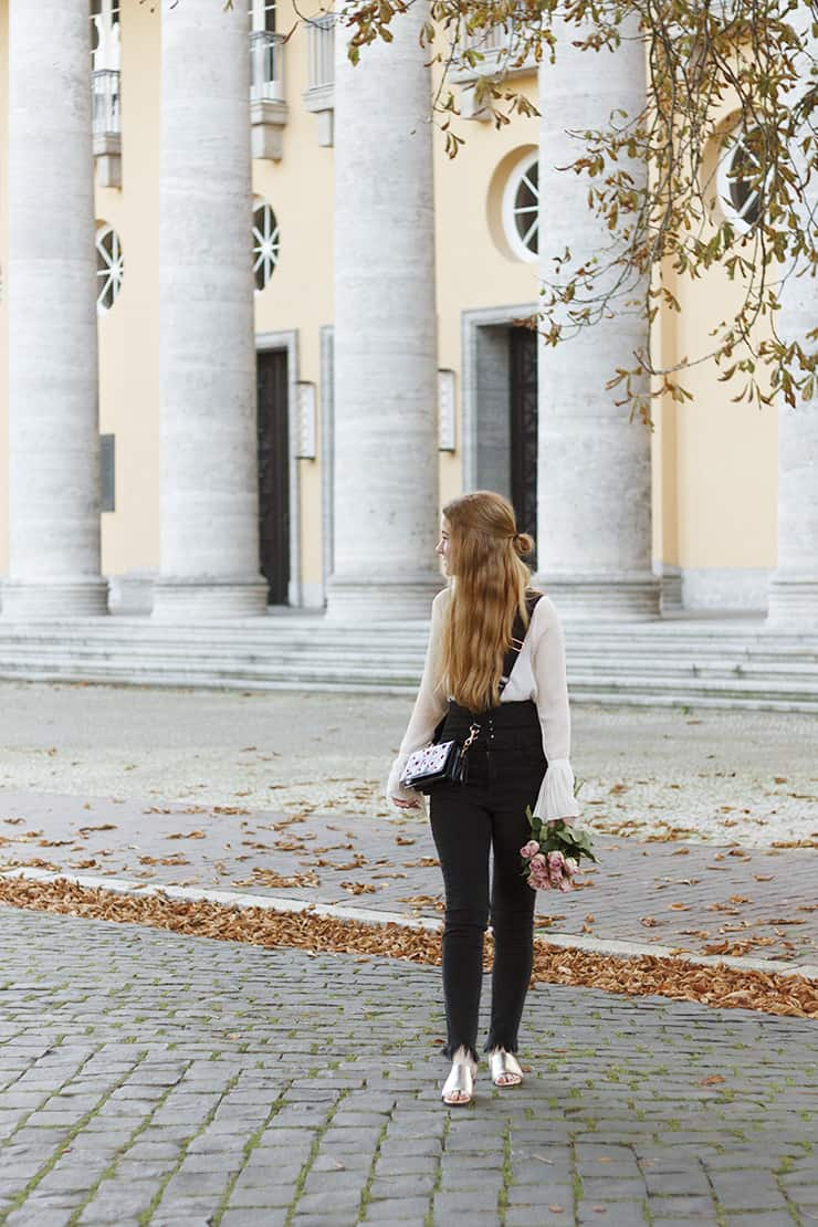 Herbst Outfit schwarz weiß Highwaist Jeans Bluse Glockenärmel